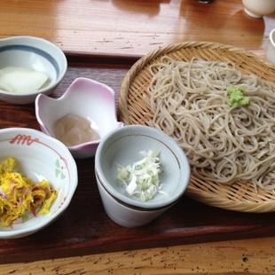 蕎麦はもちろんうまいが、地元食材の小鉢がこ...